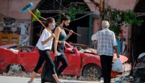Milhares de jovens voluntários limpam Beirute de detritos, distribuem alimentos e remédios