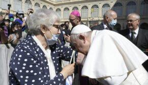 O beijo do Papa no braço de Lídia, sobrevivente de Auschwitz